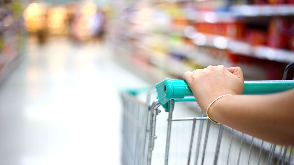 woman-hand-on-shopping-cart.jpg?mtime=20200910154201#asset:208131